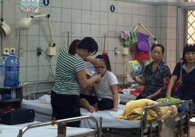 Một bệnh nhi viêm màng não vi rút được điều trị tại khoa Nhi (BV Bạch Mai). Ảnh: H.Hải
