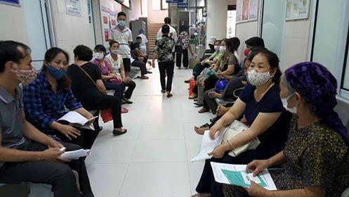 Khi đến nơi đông người, đặc biệt là tới bệnh viện mọi người nên đeo khẩu trang