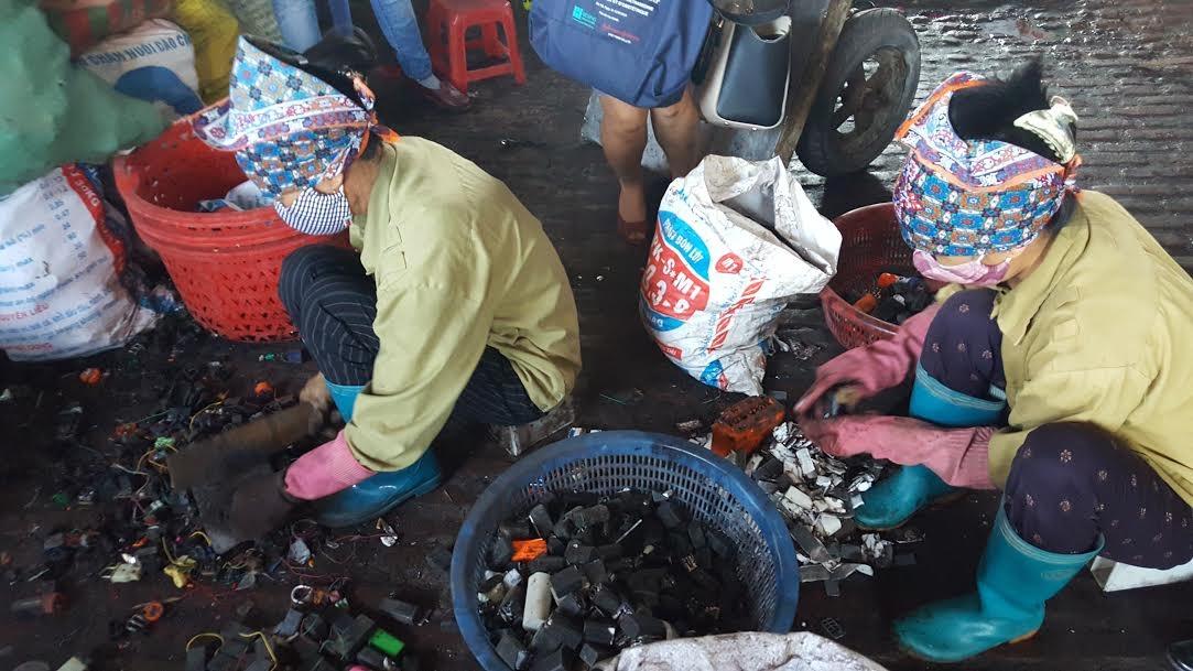 Việc tái chế chì từ bình ắc quy hỏng đã khiến làng Đông Mai bị ô nhiễm chì