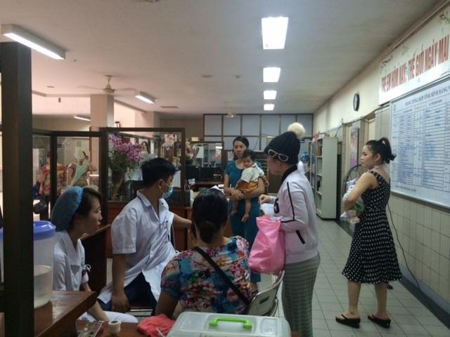 Bệnh nhi chờ khám chiều 3/5 tại khoa Nhi (BV Bạch Mai). Ảnh: H.Hải