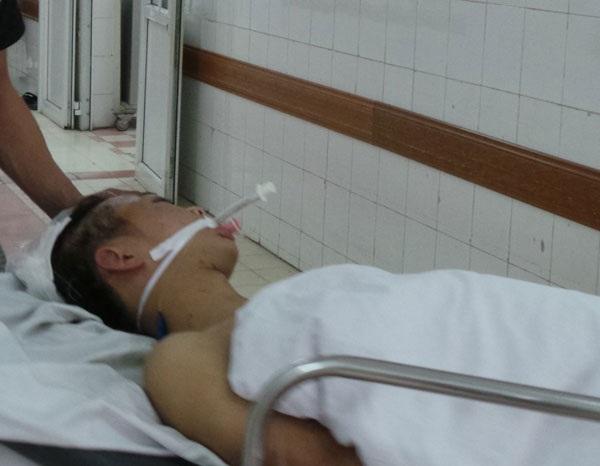 Một nạn nhân TNGT được cấp cứu tại BV Việt Đức. Ảnh: H.Hải