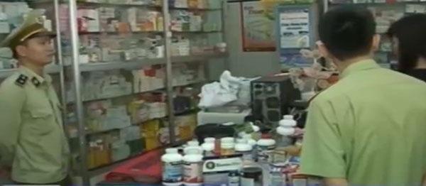 Cơ quan chức năng kiểm tra bên trong nhà thuốc.