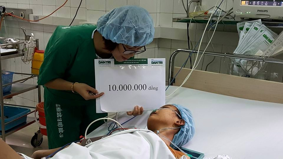 PV Dân trí trao số tiền 10 triệu đồng từ Quỹ Nhân ái đến bé Thanh Mai