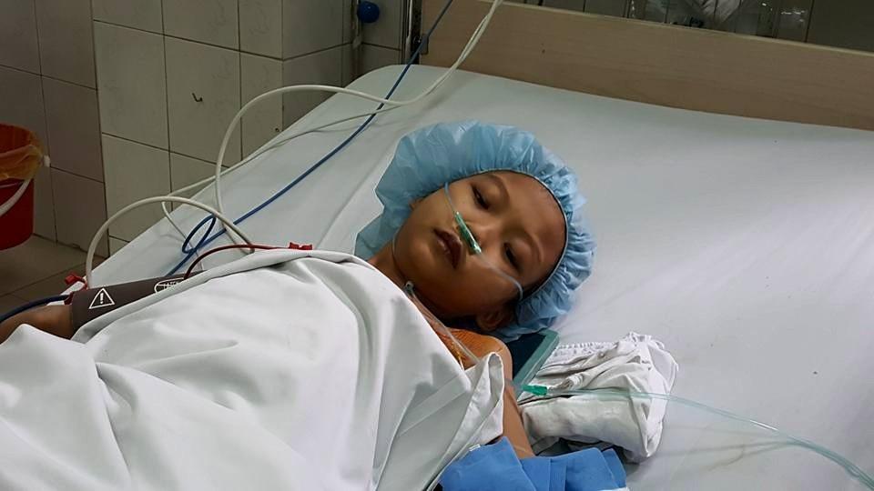 Bé Mai đang được điều trị hồi sức tích cực trước khi phẫu thuật