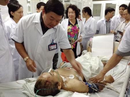 PGS.TS Nguyễn Quốc Anh, Giám đốc BV Bạch Mai khám bệnh nhân trong lần