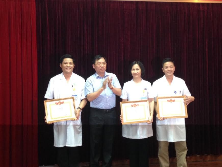 Đại diện BV Phụ sản Trung ương lên nhận bằng khen của Sở Y tế Hà Nội. Ảnh: H.Hải
