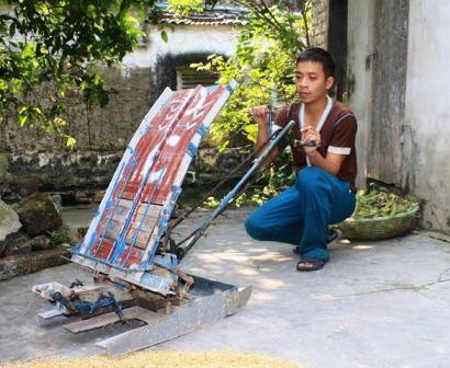 Anh Phạm Xuân Cường bên chiếc máy cấy do mình sáng tạo ra