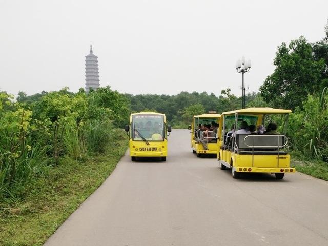 Để đến được chùa Bái Đính có hai con đường là đi xe điện và đi bộ