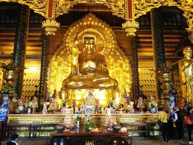 Tượng phật nặng 100 tấn đặt trong điện Pháp chủ hiện là tượng đồng dát vàng lớn nhất châu Á