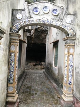 Cổ vật không chỉ trưng bày trong nhà mà còn được gắn lên cổng, tường mỗi căn nhà