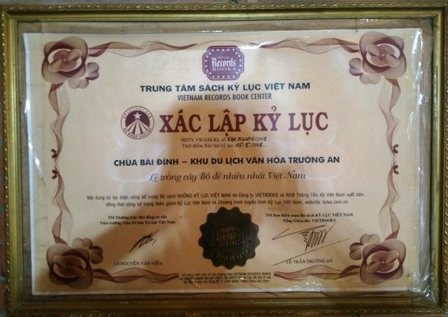 Một trong những bằng Kỷ lục Việt Nam được công nhận treo trong khuôn viên chùa Bái Đính.