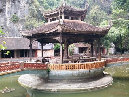 Lầu Nghênh Tân như một búp sen trong hồ lớn ở làng Việt cổ