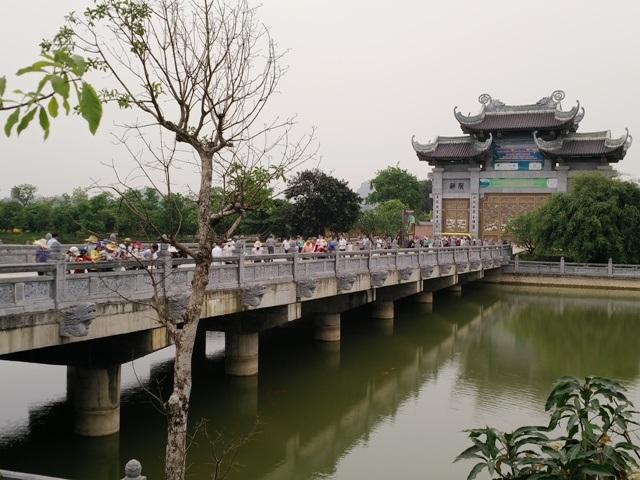 Từ cổng Tam quan ngoại muốn vào khu chính của chùa phải đi qua cây cầu bắc qua hồ phóng sinh