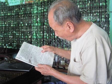Ông Châu đọc từng trang ký ức về Điện Biên Phủ trong cuốn sổ do ông hồi ức ghi lại