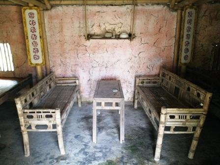 Nhà được phục dựng bằng tranh tre, nứa lá, có các dụng cụ sinh hoạt thể hiện sự nghèo khó một thời