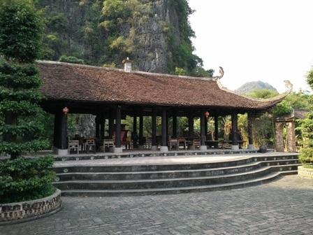 Ngôi đình được xây dựng với kiến trúc mái cong đậm chất truyền thống Việt Nam