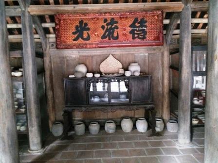 Bên trong được bài trí gọn gàng, ngăn nắp và trưng bày nhiều cổ vật