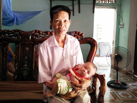 Anh Nguyễn Văn Khanh cùng đứa con thứ 3 của mình.