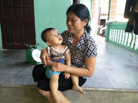 Trong câu chuyện với chúng tôi, lúc nào chị Huấn cũng chỉ biết khóc