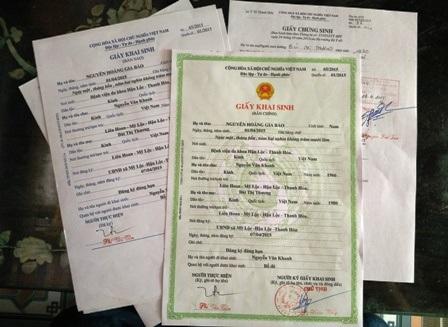 Để có được giấy khai sinh cho con, anh Khanh phải nộp phạt 500 nghìn đồng.