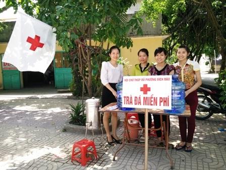 Trà đá miễn phí phục vụ thí sinh và phụ huynh của Hội Chữ thập đỏ phường Bích Đào, TP. Ninh Bình
