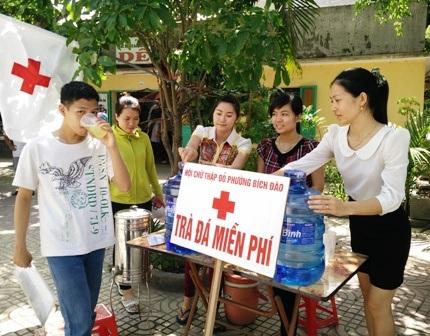 Sau khi thi xong, thí sinh Nguyễn Trần Cường uống trà đá giải nhiệt