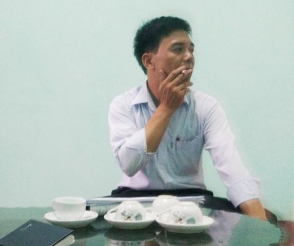 Ông Phí Văn Tân - cán bộ Tư pháp xã Mỹ Lộc trong giờ làm việc với phóng viên Dân trí.