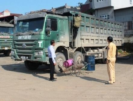 CSGT công an tỉnh Ninh Bình kiểm soát việc cắt bỏ thành thùng những xe tải cơi nới