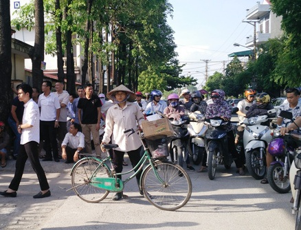 Phụ huynh chờ con bên ngoài điểm thi Trường THPT Đinh Tiên Hoàng, TP Ninh Bình