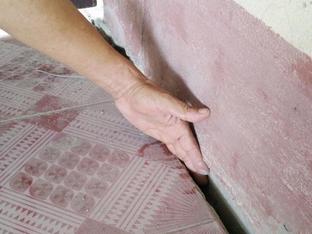 Tại nhà ông Luyện, ở hướng Tây có vết nứt dài hơn 10, rộng hơn 3cm bỏ lọt bàn tay.