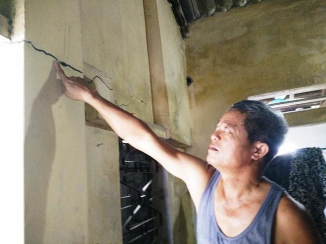 Nhiều nơi khác trong nhà bị nứt toác những vệt ngang dọc dài.