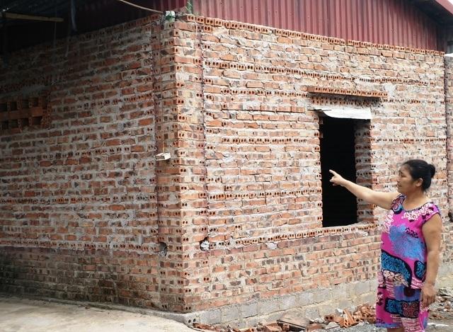 Nhà nứt khiến hộ gia đình ông Luyện vừa sống vừa lo sợ nhà bị đổ sập