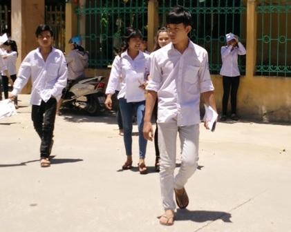 Thí sinh tại Ninh Bình rời phòng thi trong tiết trời nắng nóng (ảnh: Thái Sơn)