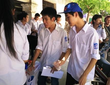 Các thí sinh uống nước giải nhiệt sau khi ra khỏi phòng thi (ảnh: Thái Sơn)