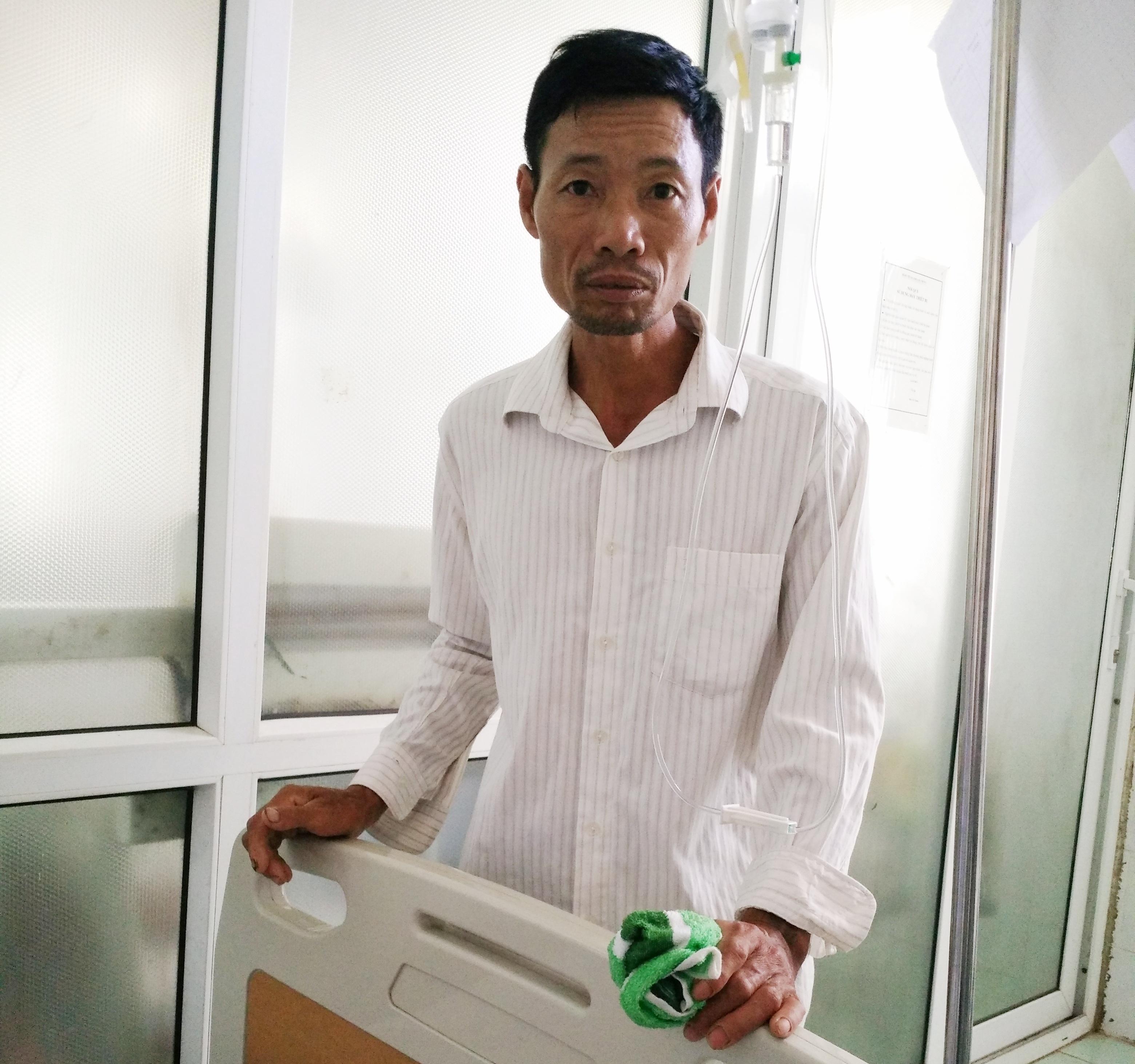 Con bị bệnh phải bỏ thi, ông Phạm Văn Long rất mực lo lắng.