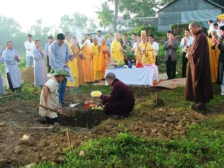 Nhiều tăng ni, phật tử có mặt làm Lễ khởi công trong ngày tôn tạo chùa Hoằng Phúc
