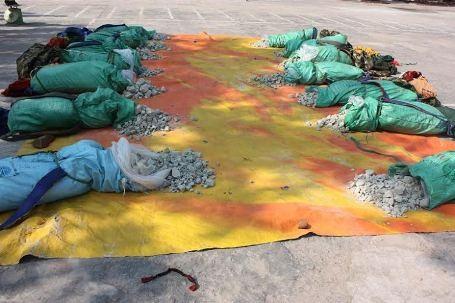 Mật phục vây bắt nhóm đối tượng gùi gần 7 tạ thuốc bom