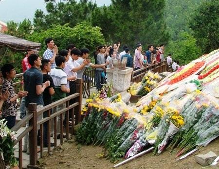 Những cựu binh dâng những nén hương thơm, những bó hoa tươi trước mộ Đại tướng Võ Nguyên Giáp
