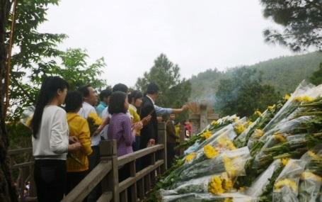 Từ sáng sớm, mộ Đại tướng đã tràn ngập những bó hoa tươi
