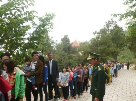 Dòng người đổ về viếng mộ Đại tướng mỗi lúc một đông