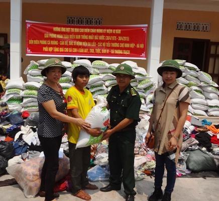 Nhà tài trợ trao quà cho các em học sinh ở xã miền núi đặc biệt khó khăn Thượng Trạch.