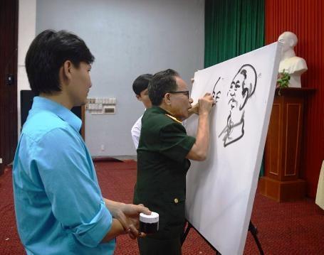 Họa sĩ, Anh hùng LLVTND, Đại tá Lê Duy Ứng vẽ chân dung Bác Hồ và Đại tướng Võ Nguyên Giáp.
