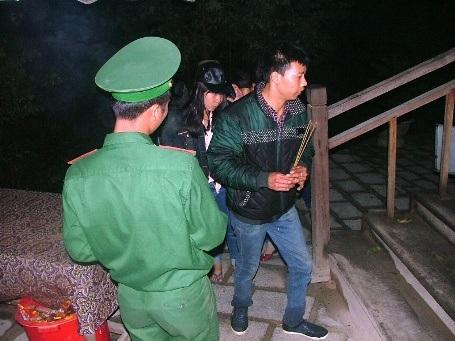 Các cán bộ chiến sĩ của Đội Bảo vệ Khu mộ Đại tướng hướng dẫn khách đến viếng trong đêm giao thừa