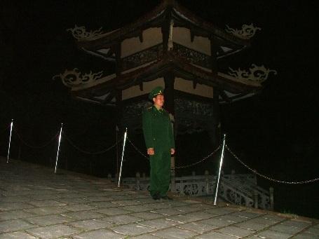 Giữa đêm giá rét trong tối giao thừa, Đại úy Lê Văn Hải vẫn đứng gác canh mộ Đại tướng
