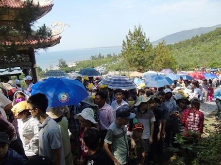 Dù ra Bắc hay vào Nam, từng dòng người vẫn ghé qua Vũng Chùa - Đảo Yến để viếng mộ Đại tướng