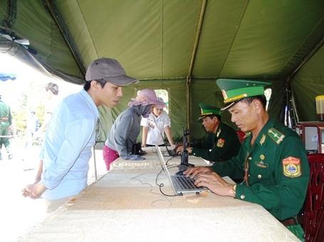 Những cán bộ chiến sĩ vẫn miệt mài với công việc ghi danh sách những đoàn tới viếng