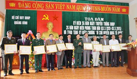 Đại diện lãnh đạo tỉnh Quảng Bình tặng hoa chúc mừng nhân ngày truyền thống lực lượng