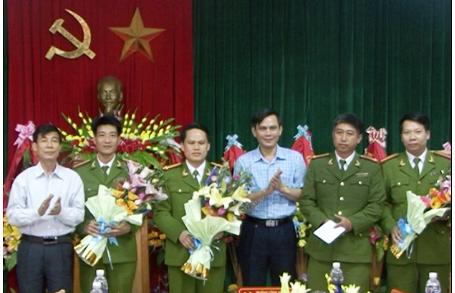 Đối tượng Nguyễn Văn Hóa cùng tang vật bị bắt giữ