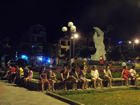 Dù đã muộn nhưng nhiều người dân vẫn ráng lại nơi công viên chưa muốn về nhà