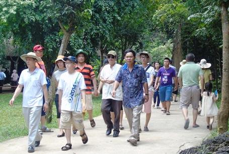 Tại Động Thiên đường mỗi ngày cũng đón hàng ngàn lượt du khách đến tham quan